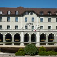 Fassade: Der Altbau mit den sanierten Arkaden des Restaurants (aus Putz)