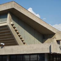 Fassade: Das gewölbte Dach des Sportbereichs (aus Beton)