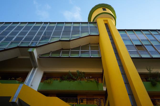 Fassade: Die Fassade aus Glas und abgesetzen Treppen bzw. Lifttürmen (aus Beton und Glas)