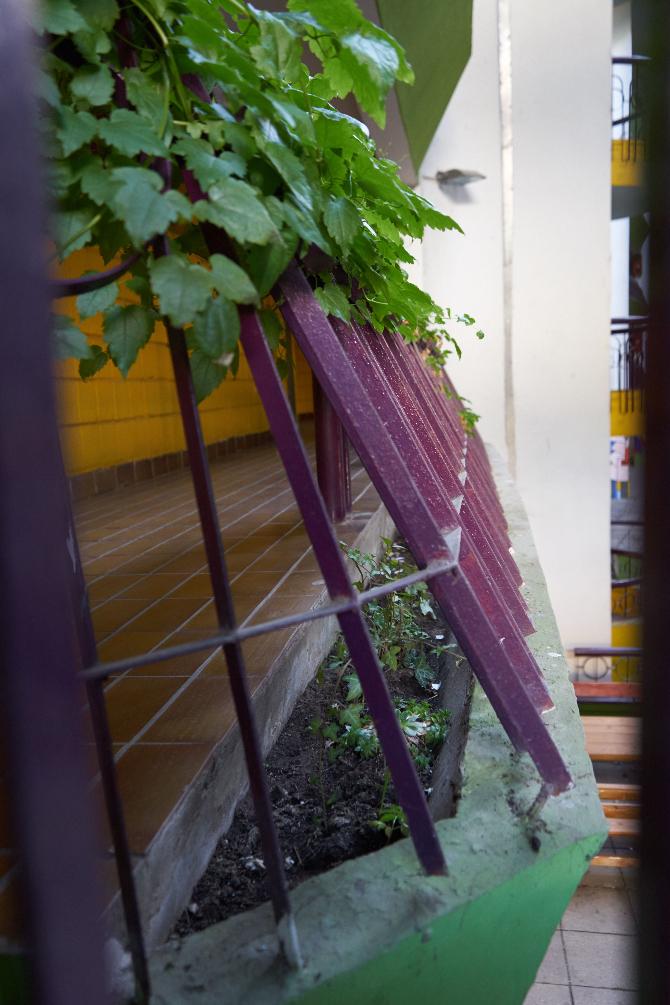 Detail nach Titel: Detail des Laubengangs mit den Blumenkästen aus Beton und Abturzsicherung kombiniert (aus Beton)
