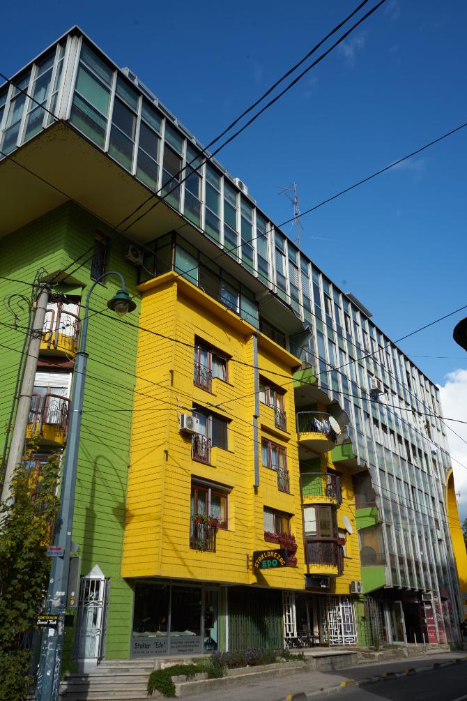 Fassade: Die sehr stark abgesetzen Fassadenteile die schon miteinander spielen (aus Glas und Beton)