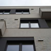 Fassade: Fassade mit den abgesetzten Klinker und den Lüftungsauslässen (aus Putz und Keramik)