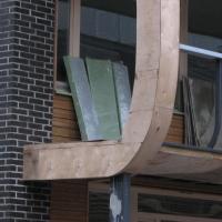 Fassade: Anschluss Mauerwerk an den gebogenen Holzbalkon (aus Mauerwerk und Holz)
