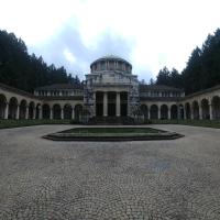 Der grosse Vorplatz mit den Blumenschalen und später angefügten Säulenhallen