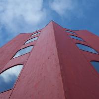 Fassade: Der rote Turm von unten (aus Holz)