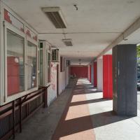 Aussenraum: Offenes Erdgeschoss mit Läden und Erschliessung