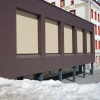 Fassade: Der neue Anbau mit der Aula und Turnhalle