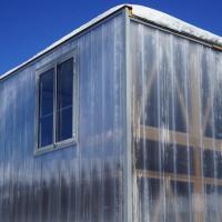 Fassade: Verkleidung der Module mit transluzenten Polycarbonatplatten (aus Kunststoff)