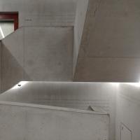 Erschliessung: Das Treppenhaus in Sichtbeton (aus Beton)