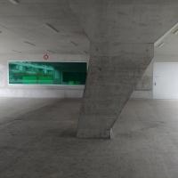 Aussenraum: Pausenhof und Erschliessung zum Veloraum (aus Beton)