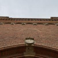 Eingangsbereich: Portal der Kirche (aus Mauerwerk)