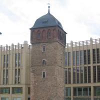Fassade: Die neue Fassade neben dem alten Wasserturm (aus Beton)