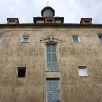 Hauptgebäude Altenbergerstrasse mit Türmchen