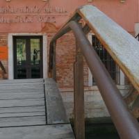 Geländer: Detail Handlauf der Brücke (aus Holz und Metall)