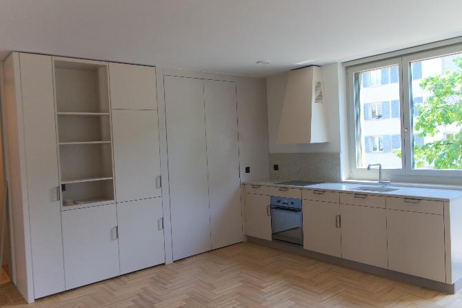 Küche: Küche mit geschlossener Schiebetür zum Reduit