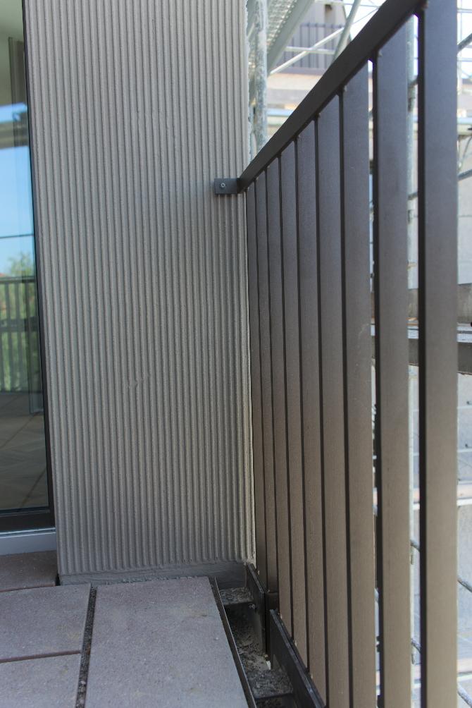 Aussenraum: Geländer Loggia mit davorliegender Rinne und Rillenputz