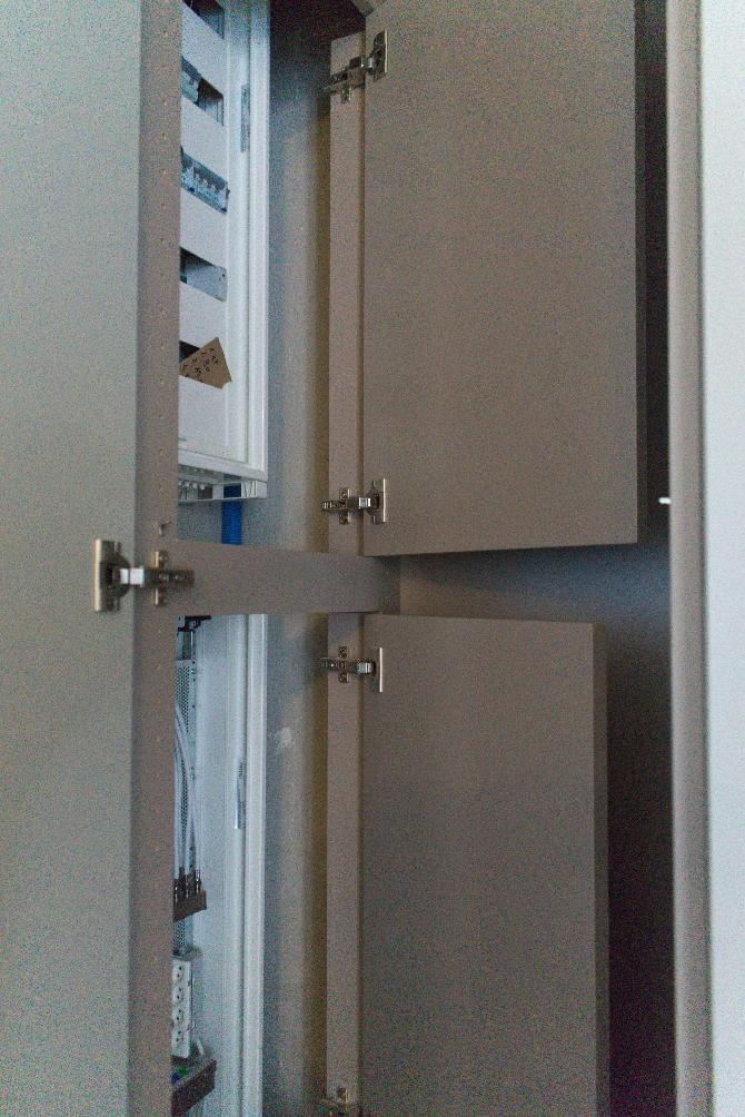 Einbauten: Verkleidung der Elektroschränke (aus Holz)