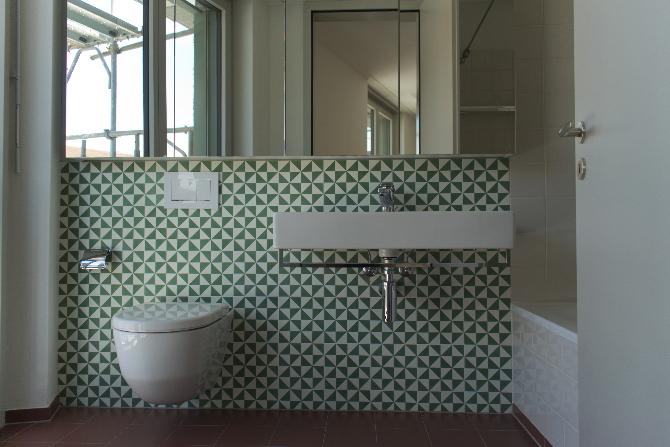 Sanitär: Bad mit grünen dreieckigen Fliesen (aus Keramik)