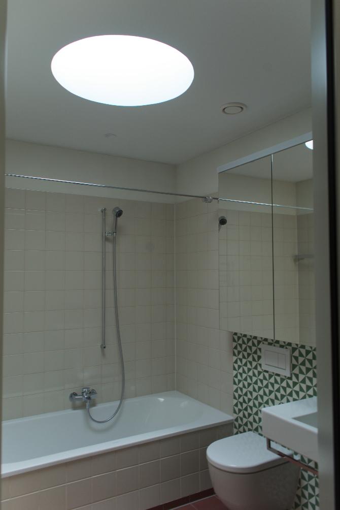 Sanitär: Bad mit runden Oberlicht