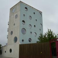 Fassade: Der Turm mit den runden Fenstern (aus Beton)