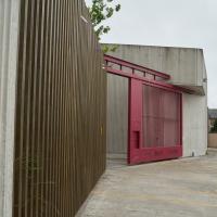 Eingangsbereich: Das rote Eingangstor (aus Holz und Metall)