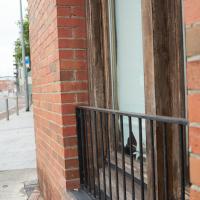 Geländer: Geländer vor dem Holzfenster