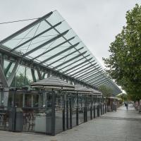 Aussenraum: Die Terrassen mit den Restaurants
