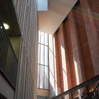 Erschliessung: Das Treppenhaus was gleichzeitig auch Raum für Cafe, Performance oder einfach nur zum Arbeiten dient (aus Mauerwerk)