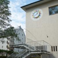 Die rekonstruierte Aussentreppe mit der Uhr