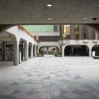 Aussenraum: Moderne Rundbogen-Kreuzgänge (aus Beton)