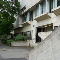 Fassade: Fassade mit den gewölbten Fenstern (aus Beton)