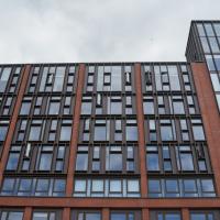 Fassade:  (aus Mauerwerk und Glas)