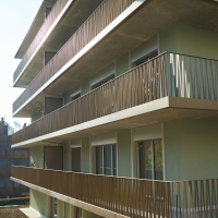 Fassade mit der umlaufenden Balkon