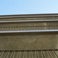 Geländer: Die schrägen Staketengeländer; Betonuntersicht mit OSB-Platten geschalt (aus Metall)