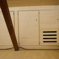 Einbauten: Verkleidung des Drempels als Schränke (aus Holz)