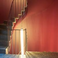 Erschliessung: Rundes rotes Treppenhaus (aus Beton und Kunststein)