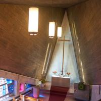 Dach: Blick in den Kirchenraum von der Empore (aus Beton und Holz)