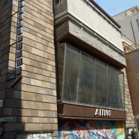 Fassade: Die Schaufensterfassade zur via Altinate mit dem Schriftzug