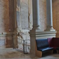 Erschliessung: Sitzecke und Treppe in das Untergeschoss im Altbau (aus Naturstein)