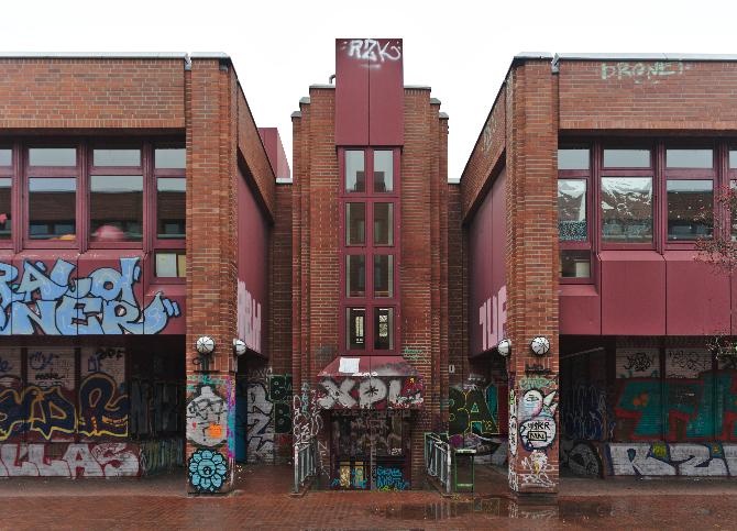 Fassade: Mit Graffiti verziert (aus Mauerwerk)