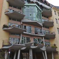 Fassade: Fassade zum Landwehrkanal mit gewölbten und gerundeteen Balkonen