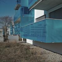 Geländer: Blaue Plexiglasbrüstungen am Balkon (aus Kunststoff)