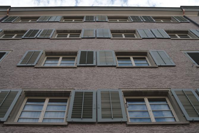 Fassade: Denkmalgerechte neue Fenster mit Sprossen (aus Putz)
