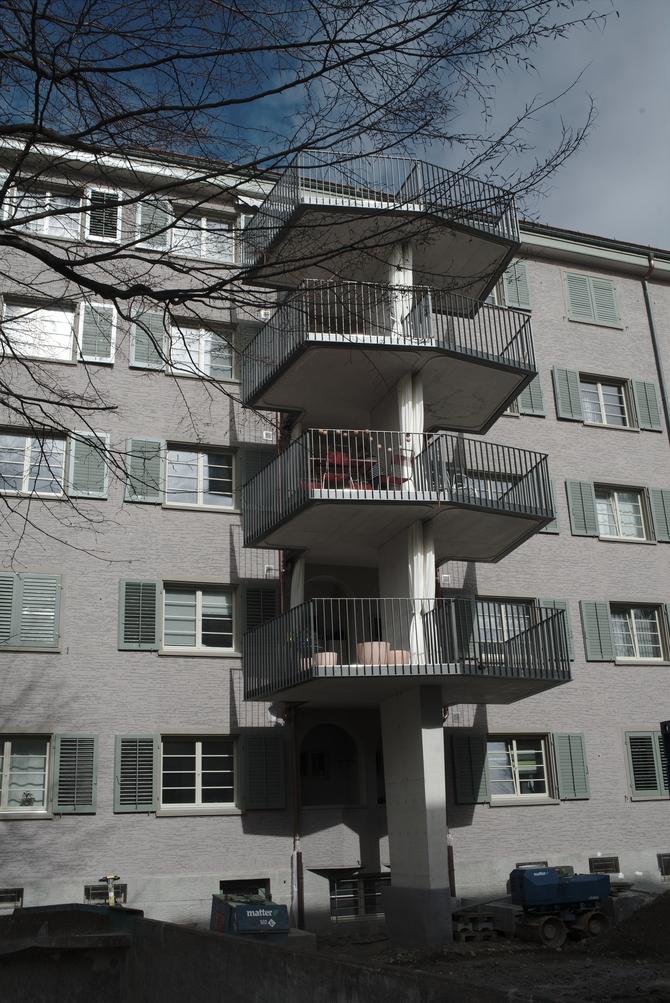 Aussenraum: Die neu angesetzten Balkone im Innenhof