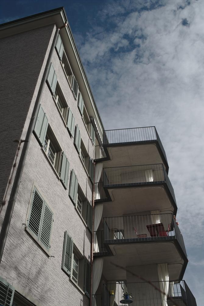 Aussenraum: Blick von der Seite mit den Vorhängen als Sonnenschutz (aus Beton)