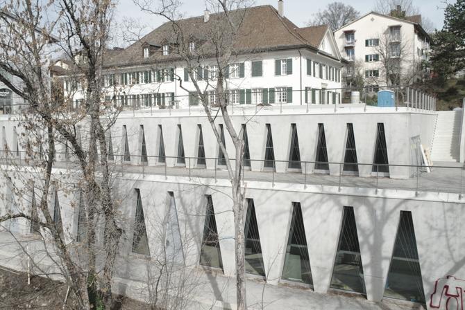 Fassade: Fassade mit den dreieckigen Fenstern zur Limmat (aus Beton)