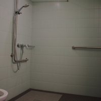 Sanitär: Altersgerechte Dusche (aus Keramik)