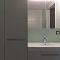 Sanitär: Lavabo und Schränke kombiniert