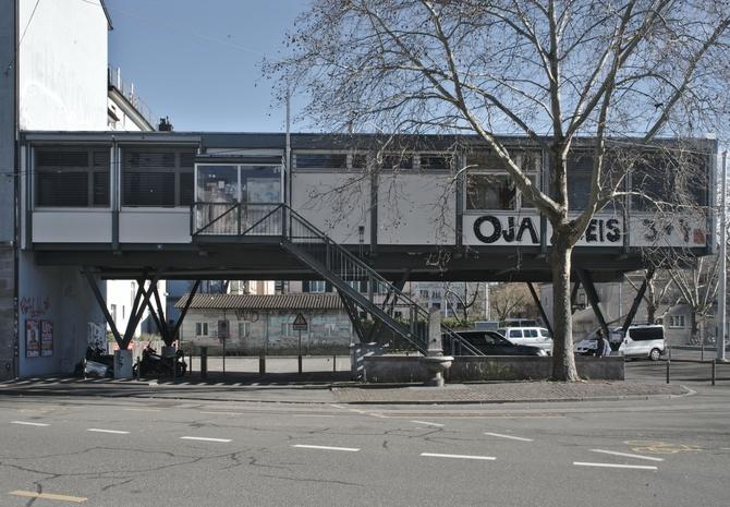 Fassade: Das aufgeständerte Jugendzentrum über dem Parkplatz