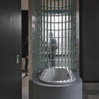 Sanitär: Freistehende Badewanne von der anderen Seite (aus Glas)